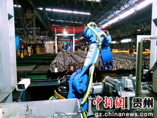 图为机器人正在自动焊牌